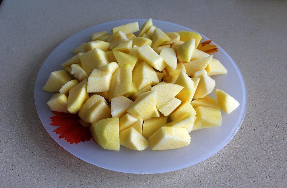 Las manzanas del flan de manzana cortadas