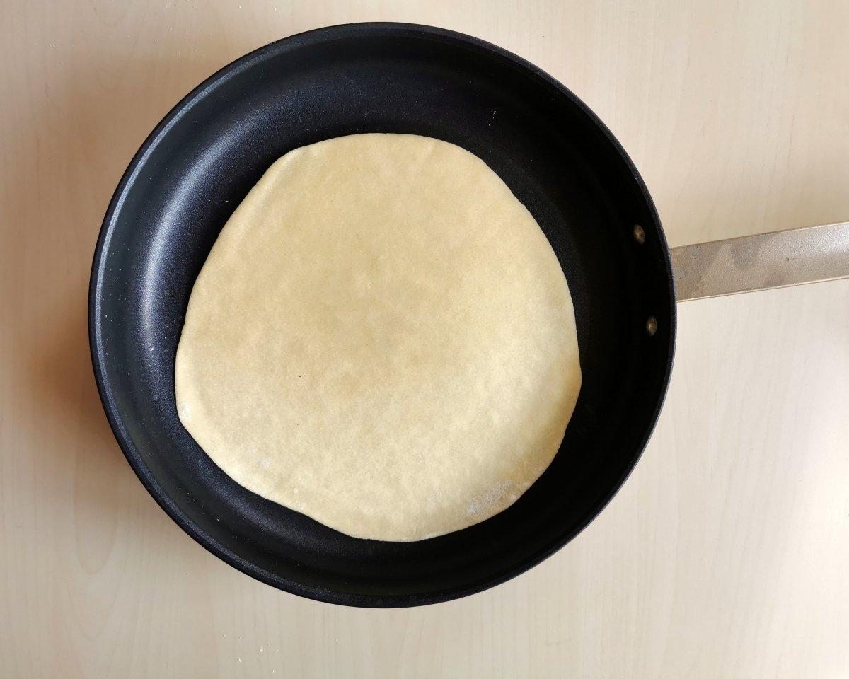 Las tortillas se cocinan sobre una plancha o sartén bien caliente