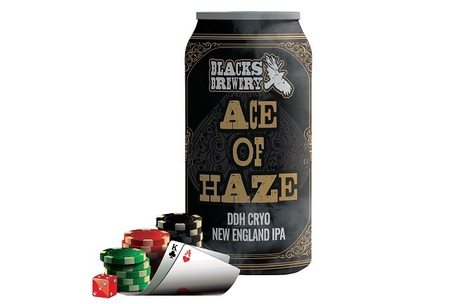 Lata de Ace of Haze con fichas de poker y cartas