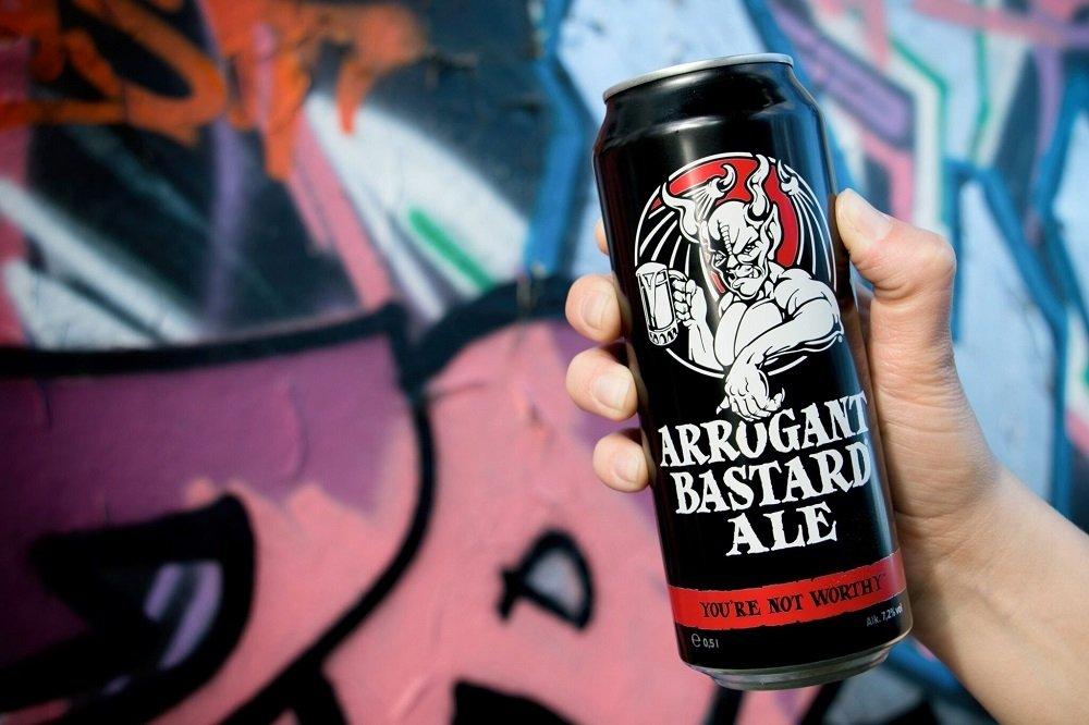 Lata de Arrogant Bastard Ale de Stone Brewing