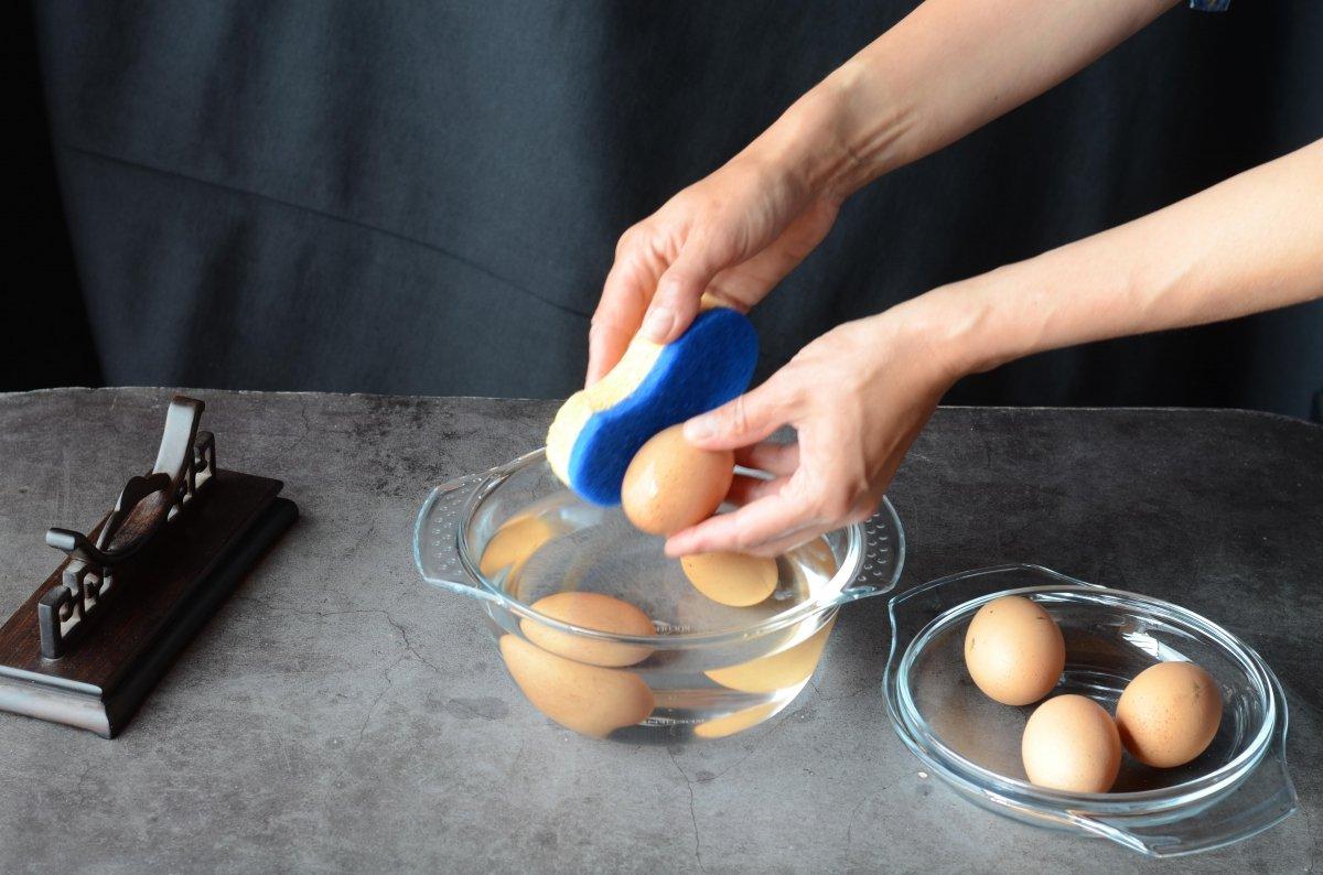 Lavamos los huevos milenarios
