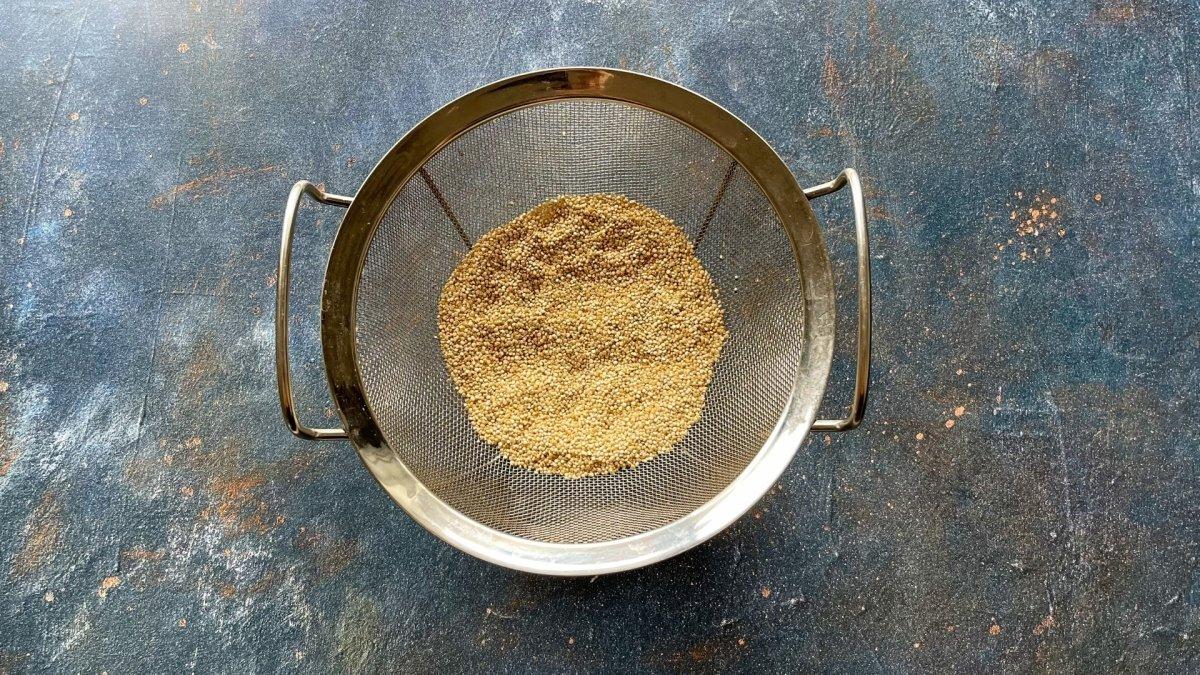 Lavar la quinoa con agua durante unos minutos