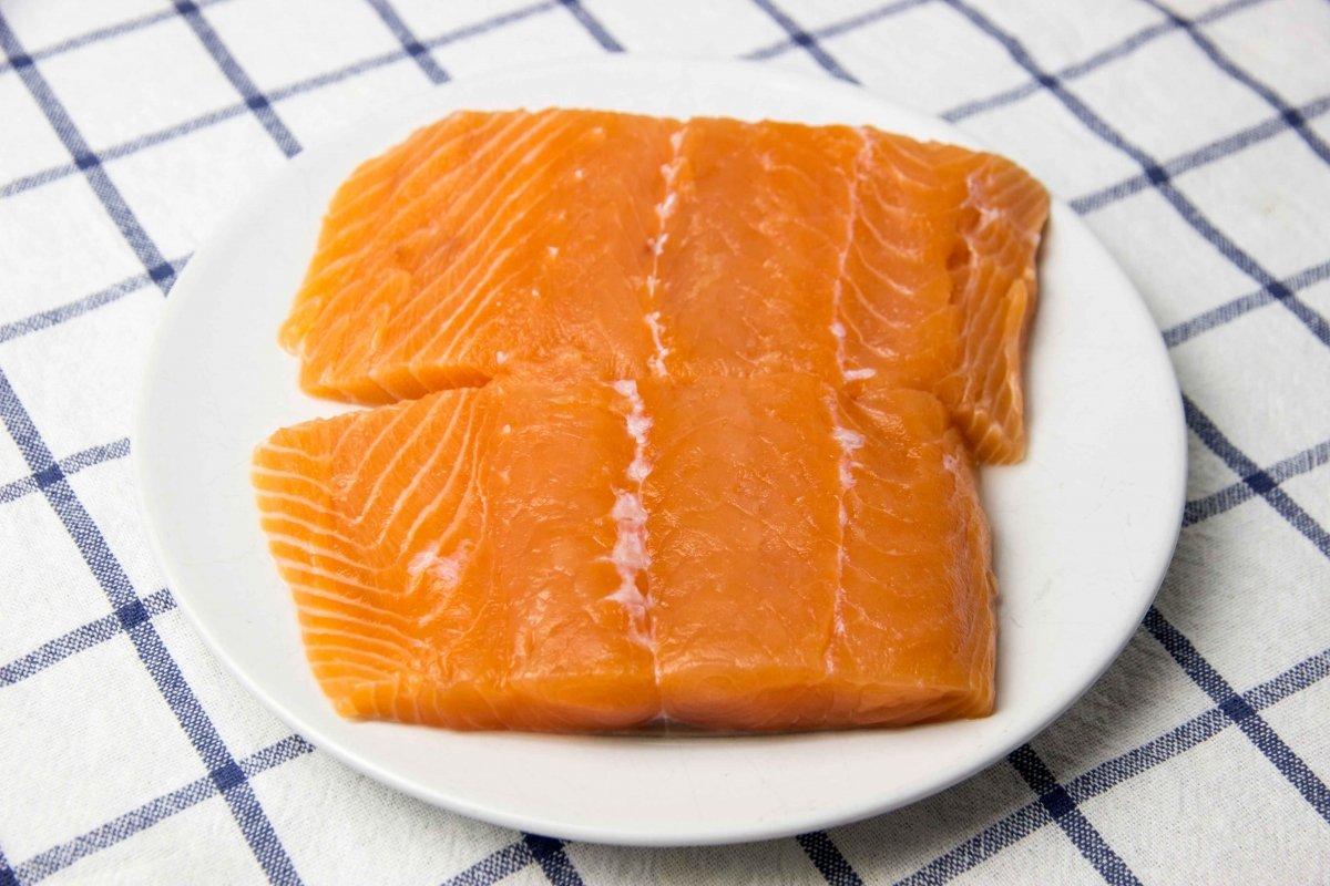 Limpiar el salmón y cortar el lomo en trozos