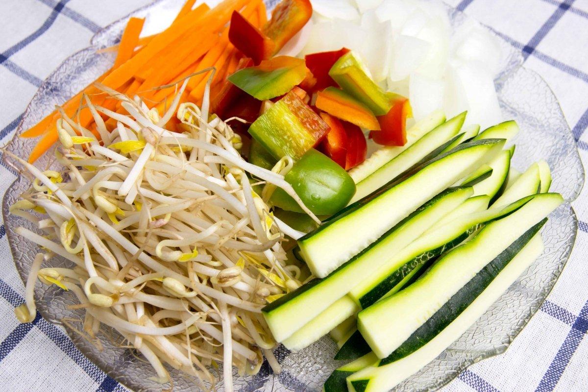 Limpiar y cortar las verduras para los tallarines tres delicias