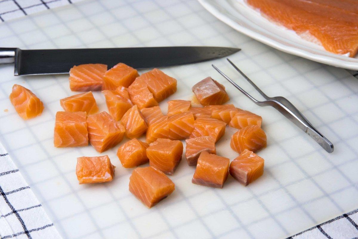 Limpiar y trocear el salmón para hacer los espaguetis con salmón
