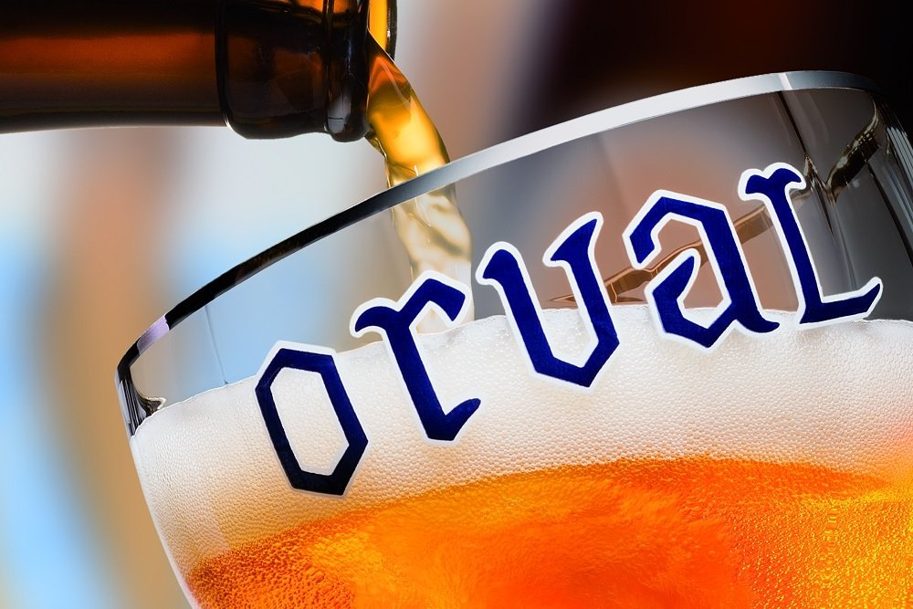 Llenando una copa de Orval