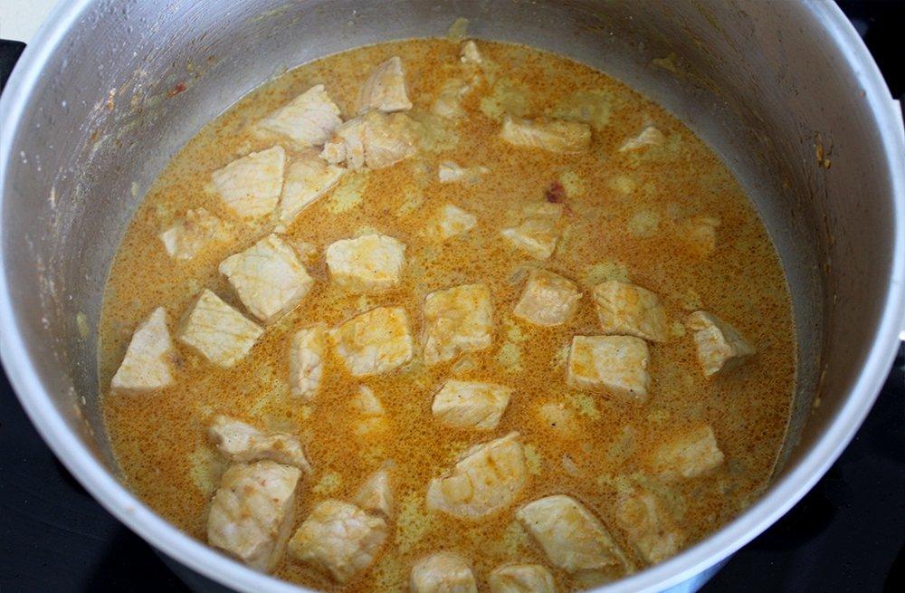 Lomo de cerdo al curry haciéndose