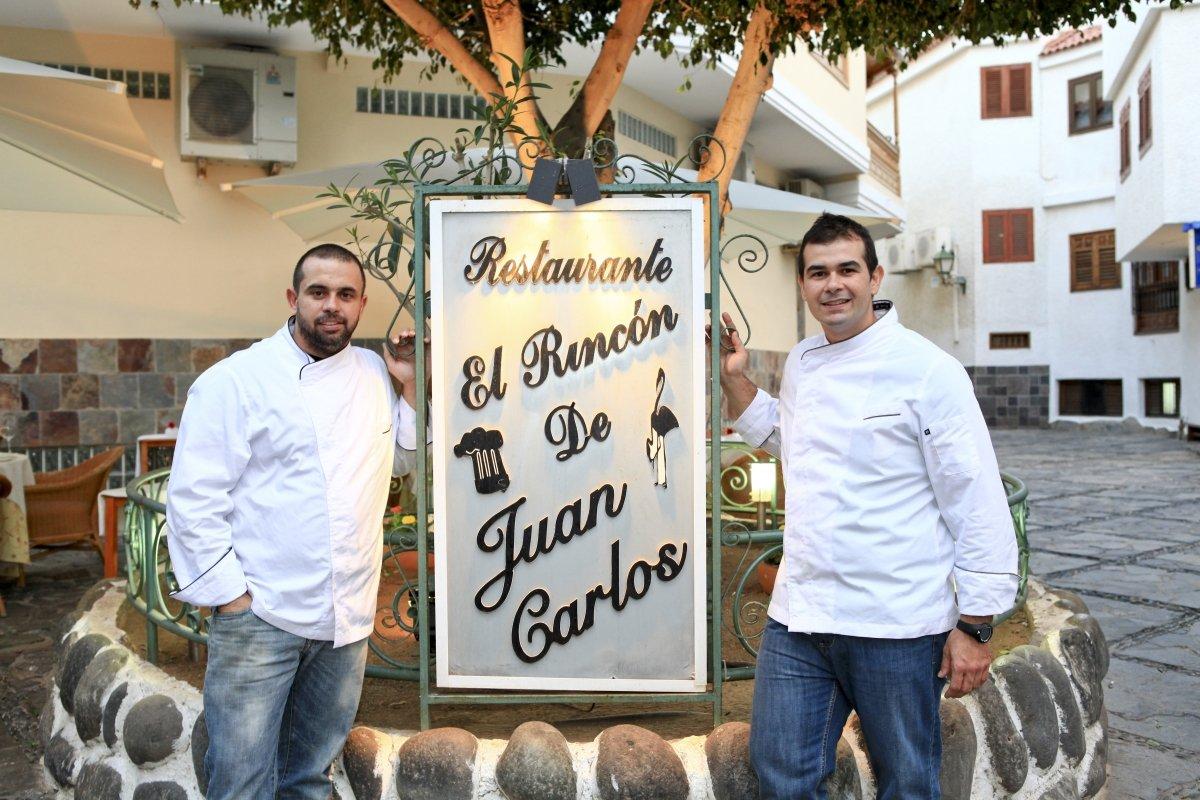 Los hermanos Padrón en el exterior de su restaurante