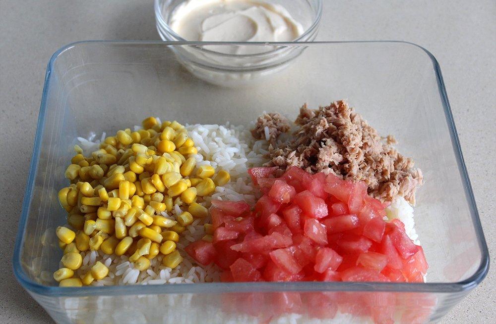 Los ingredientes de la ensalada de arroz con mayonesa en el bol
