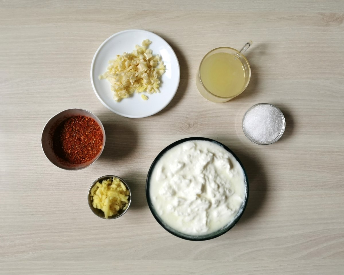 Los ingredientes de la marinada para el pollo.