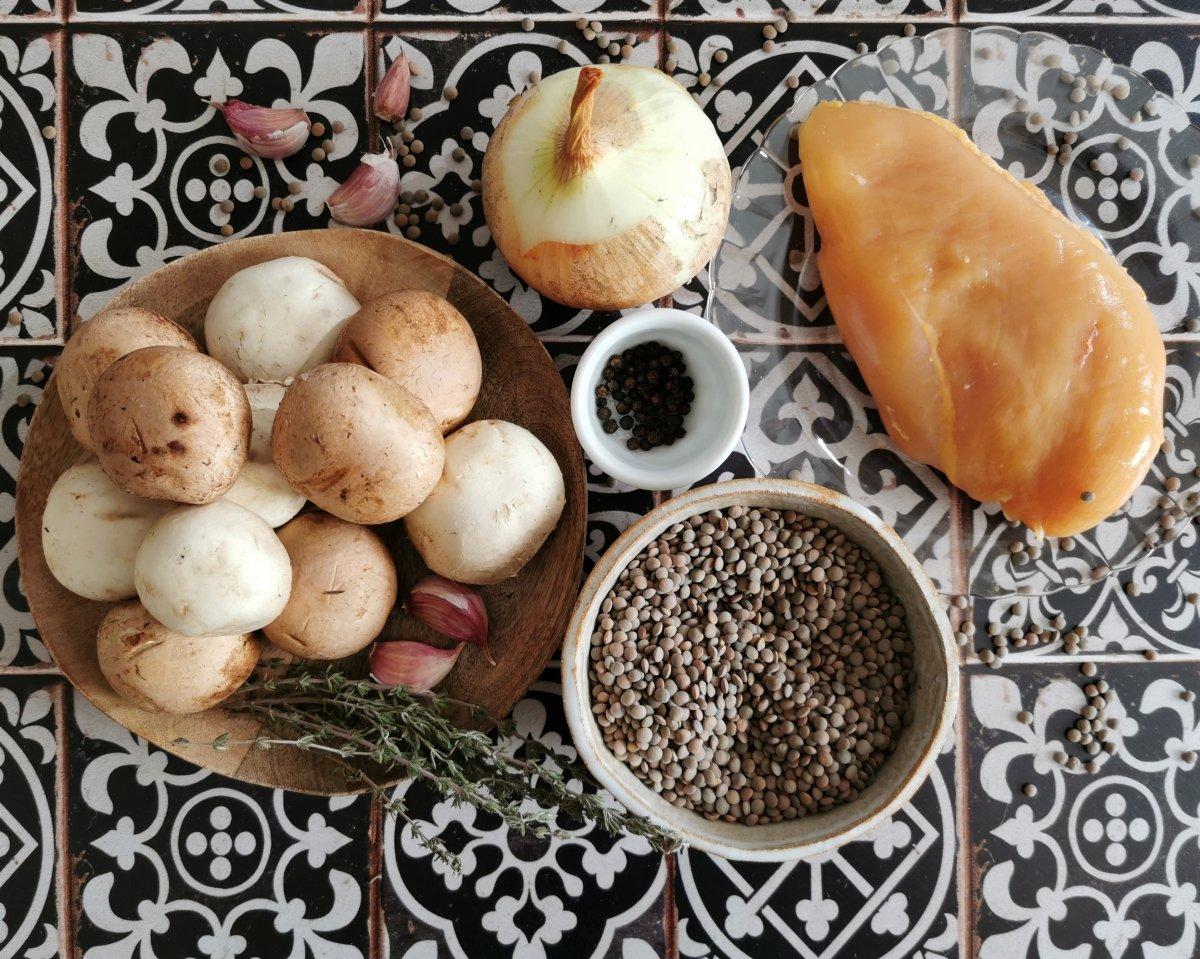 Los ingredientes de las lentejas con pollo y champiñones