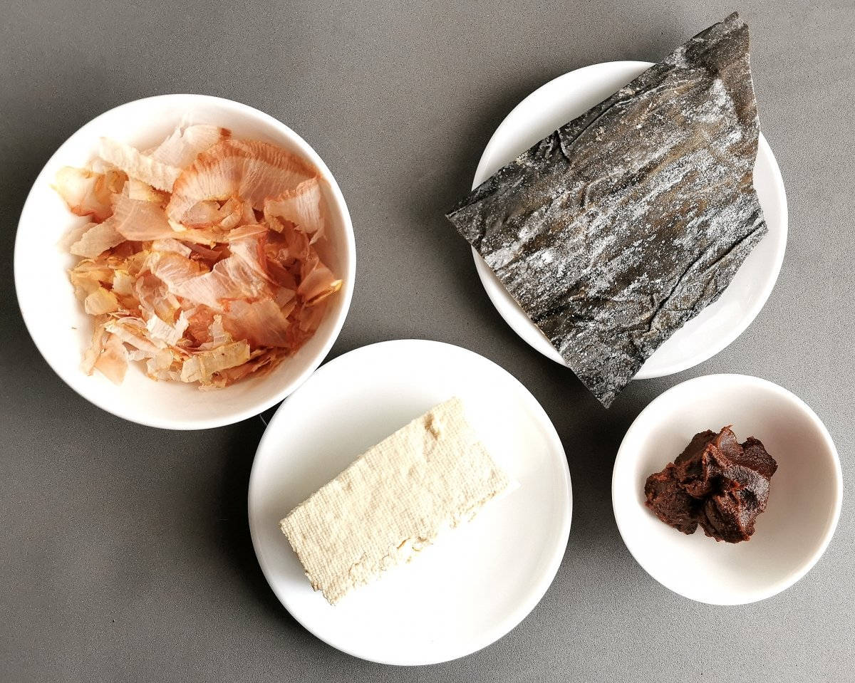 Los ingredientes para la sopa de miso con tofu