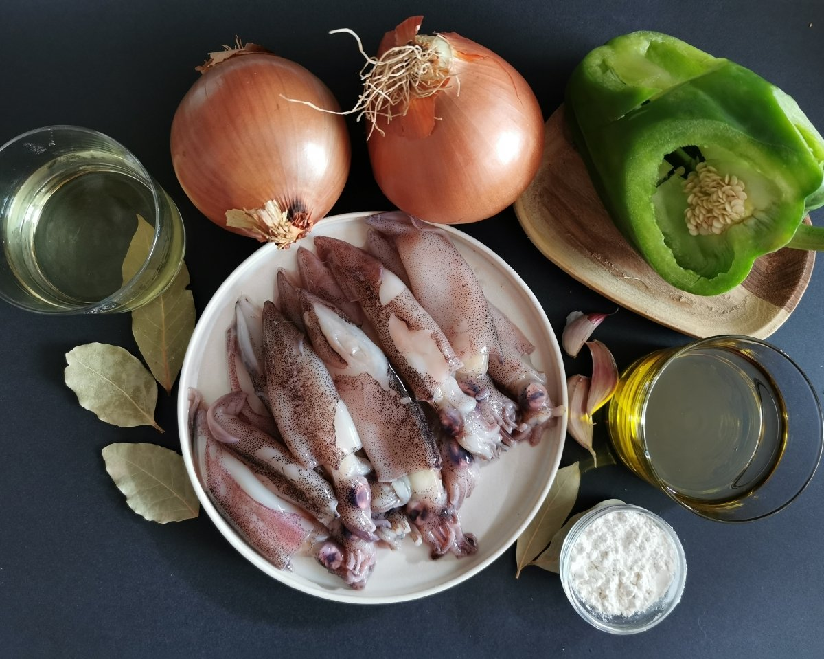 Los ingredientes para los chipirones encebollados