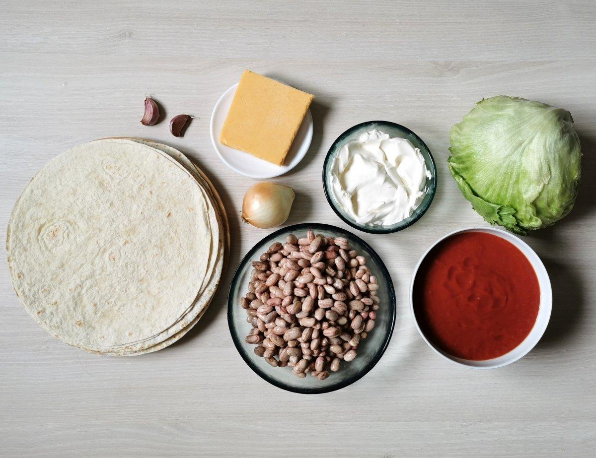 Los ingredientes para preparar los burritos con frijoles y queso