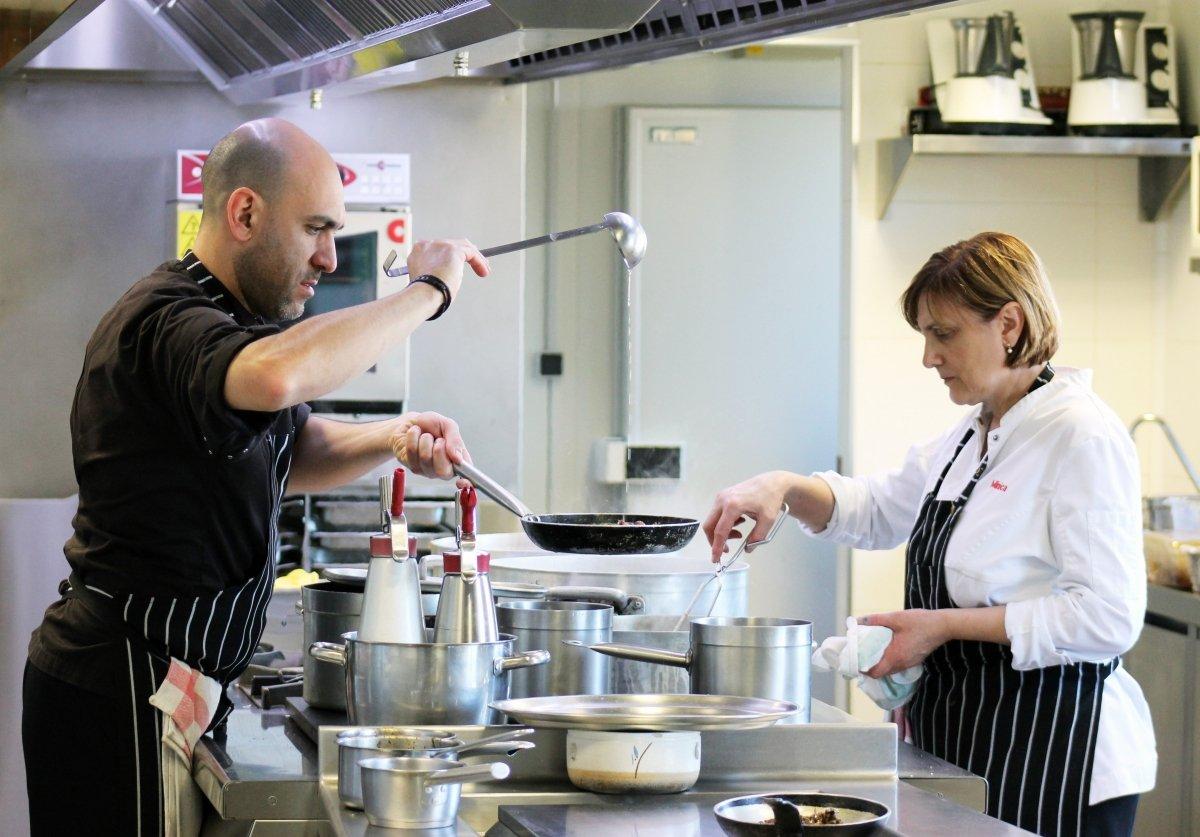Luis Alberto Lera y su madre Minica Collantes en la cocina del restaurante Lera