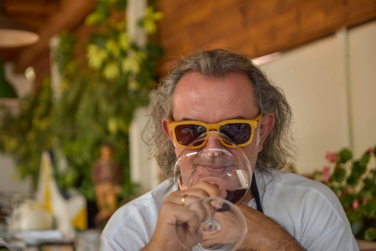 Luis Gutiérrez catando un vino