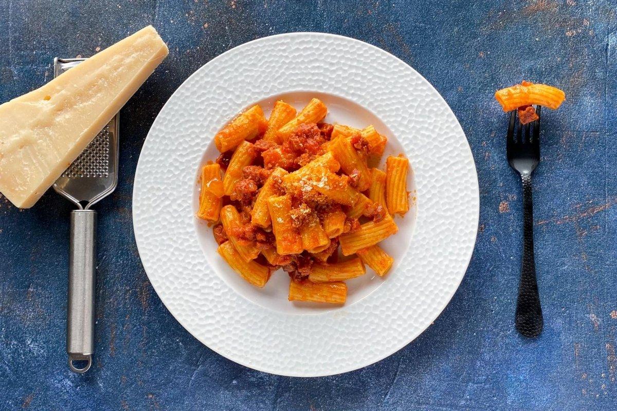 Macarrones con chorizo y queso parmesano espolvoreado