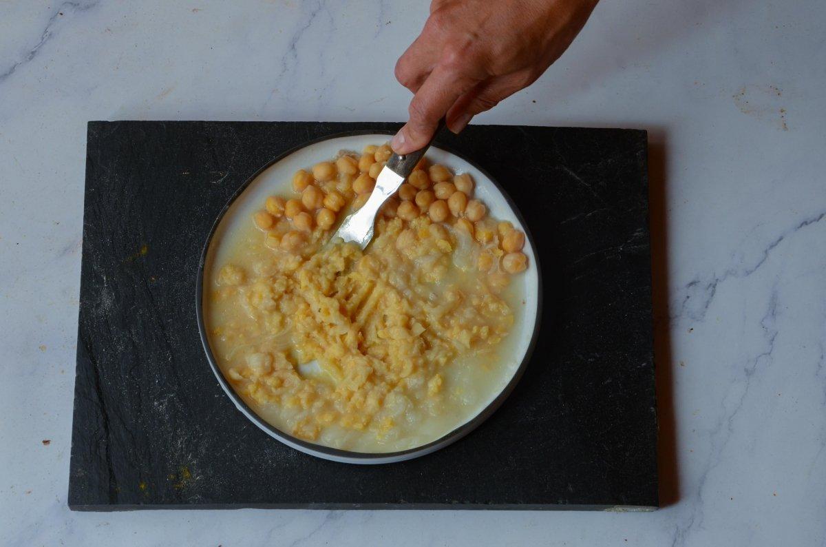 Machacamos garbanzos con ajo y cebolla