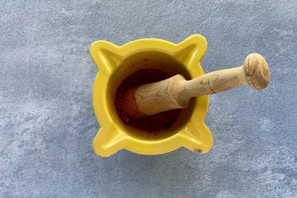 Machachar los ingredientes hasta conseguir una crema espesa