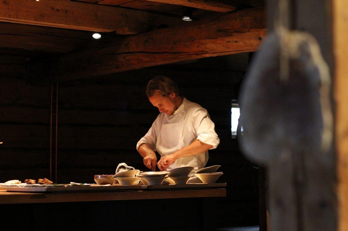 Magnus Nilsson preparando algunos platos