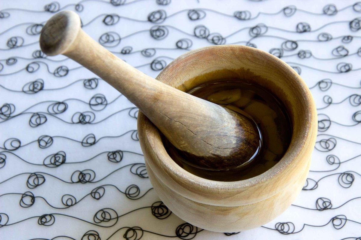 Majado de ajo, aceite de oliva virgen extra y vinagre de manzana