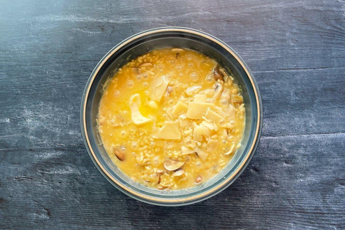 Mantecar con mantequilla y parmesano el risotto *