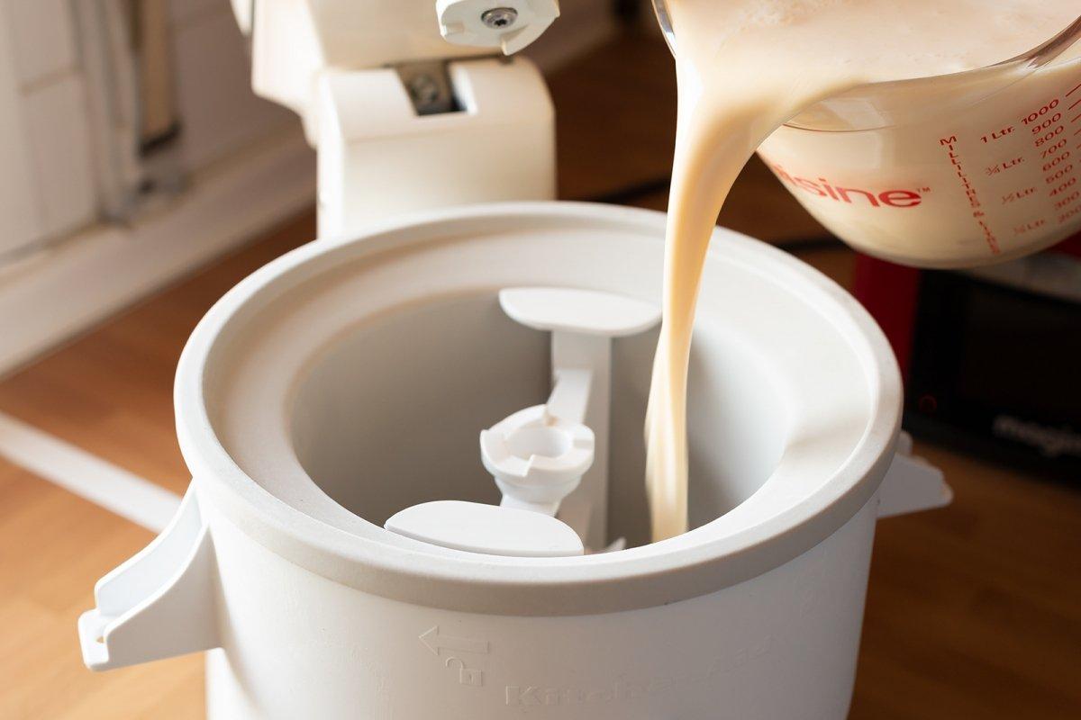 Mantecar la base del helado de vainilla