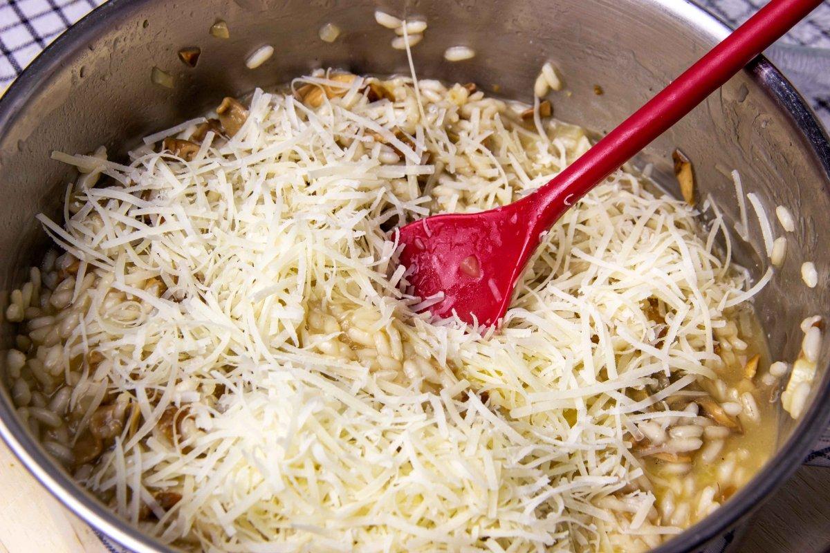 Mantecar risotto de boletus con queso parmesano