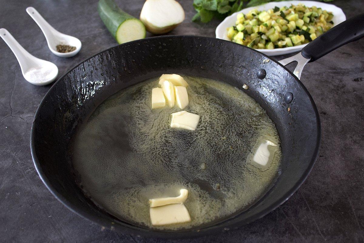 Mantequilla de las croquetas de calabacín derretida