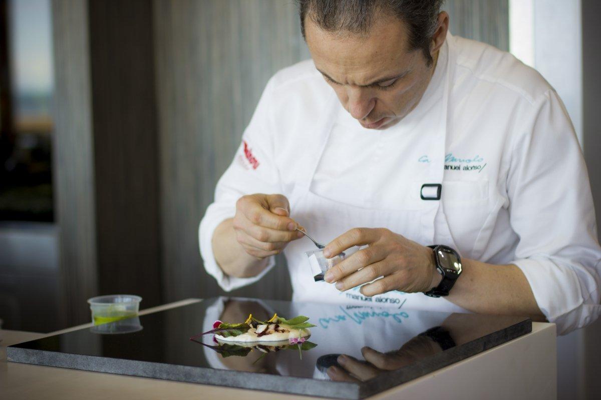 Manuel Alonso emplatando en el restaurante Casa Manolo
