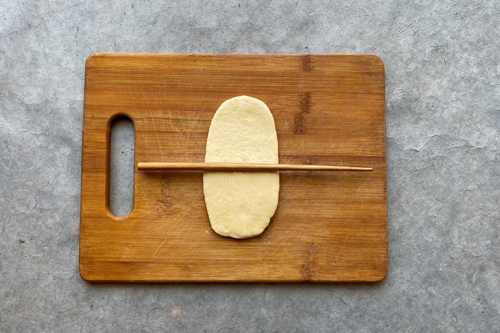 Marcar con un palillo la mitad del bao buns