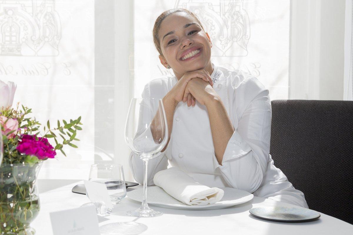 María Marte sentada en una mesa de El Club Allard