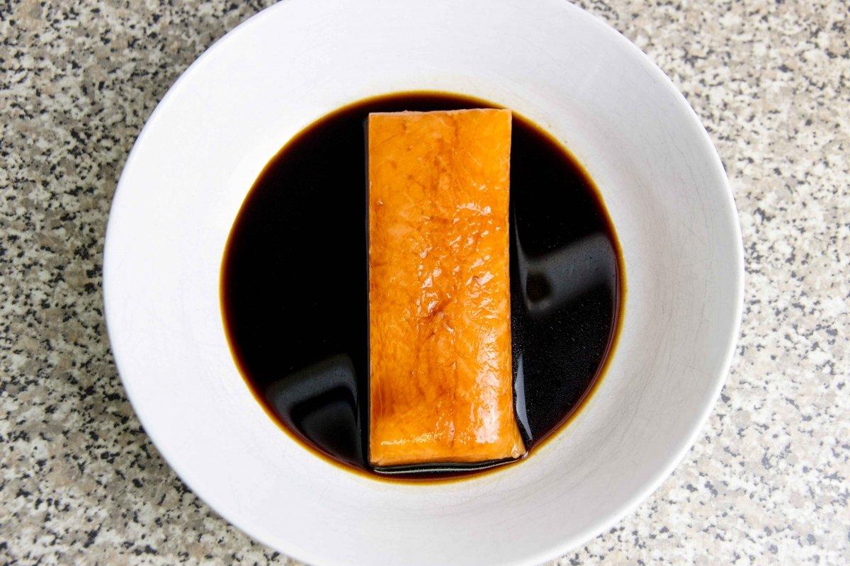 Marinar la pieza de salmón para el tataki