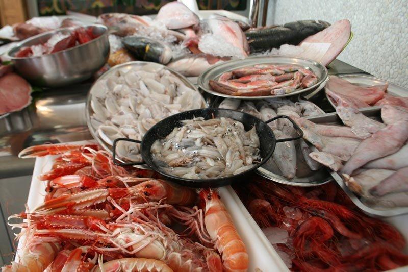 Mariscos y pescados en exposición en el restaurante Los Marinos José