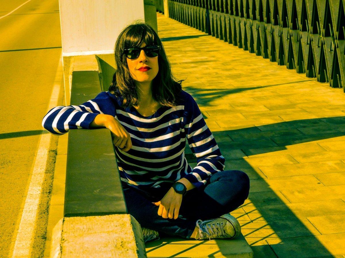 Marta Vélez sentada en un banco