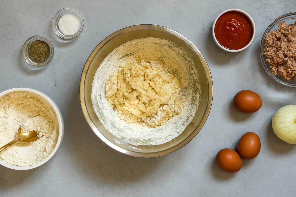 Masa de empanadillas: añadir la harina a la mezcla de ingredientes líquidos