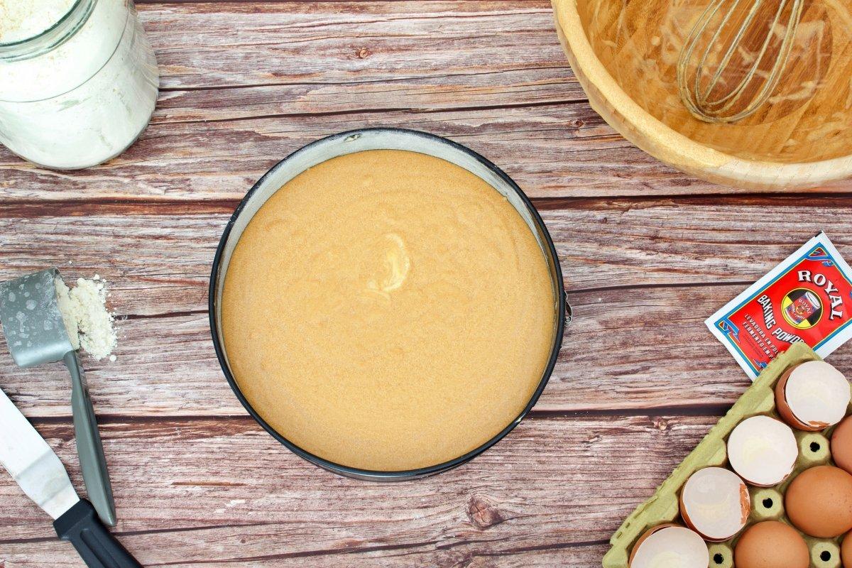 Masa del bizcocho de dulce de leche vertida en el molde