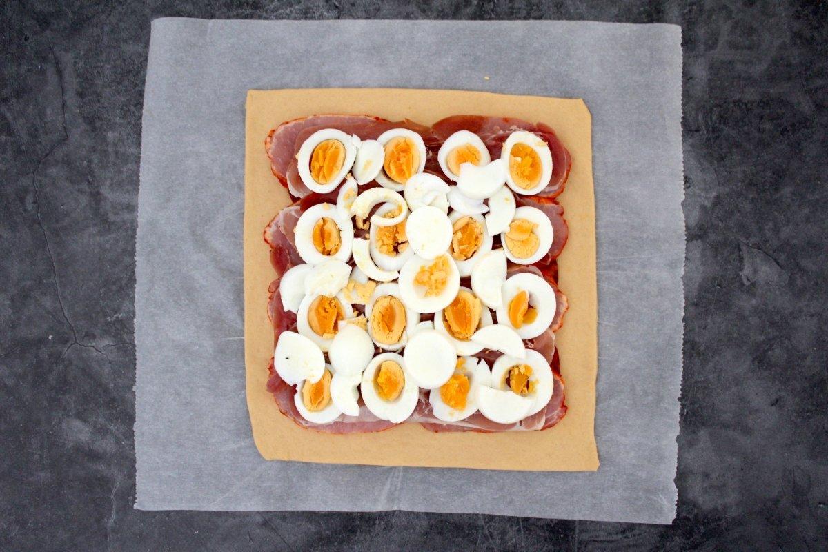 Masa del hornazo con el huevo cocido