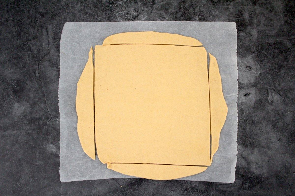 Masa del hornazo estirada y cortada