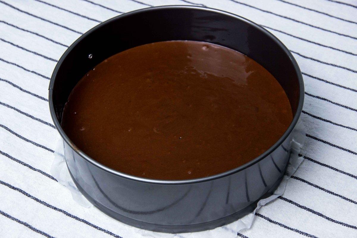 Masa para hornear el bizcocho para la tarta de chocolate