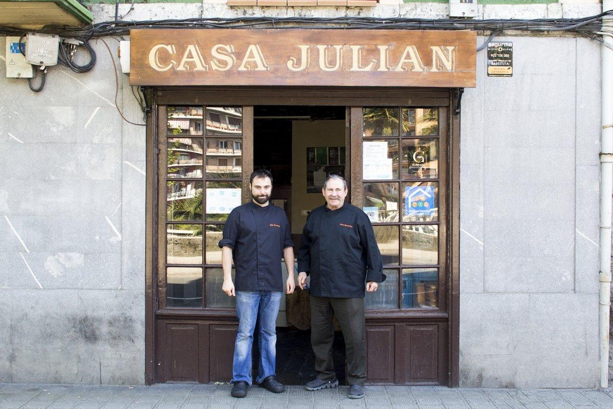 Matías y Xabi Gorrochategui en la puerta de Casa Julián