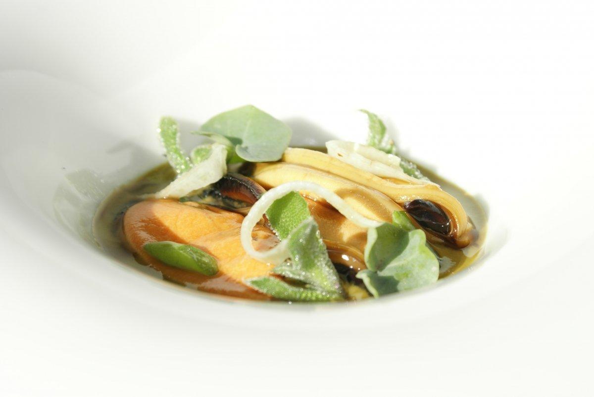 Mejillones lacados con vermut y ortiguilla del restaurante la Casona del Judío