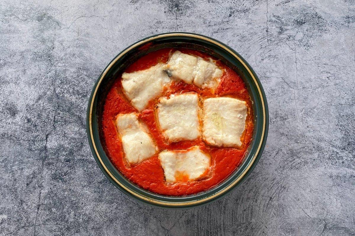 Merluza en salsa de tomate casero recién salida del horno