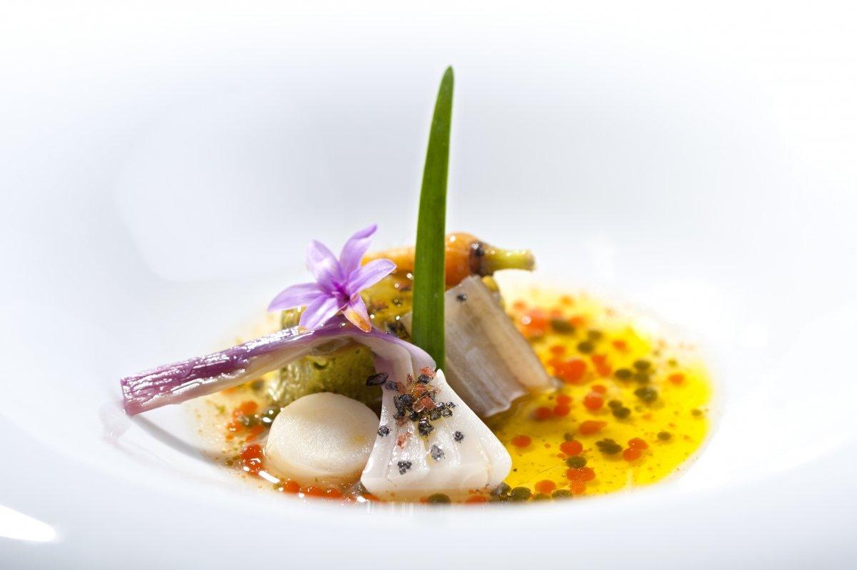 Merluza, matiz de sidra y pequeñas cebollitas, plato del restaurante El Corral del Indianu