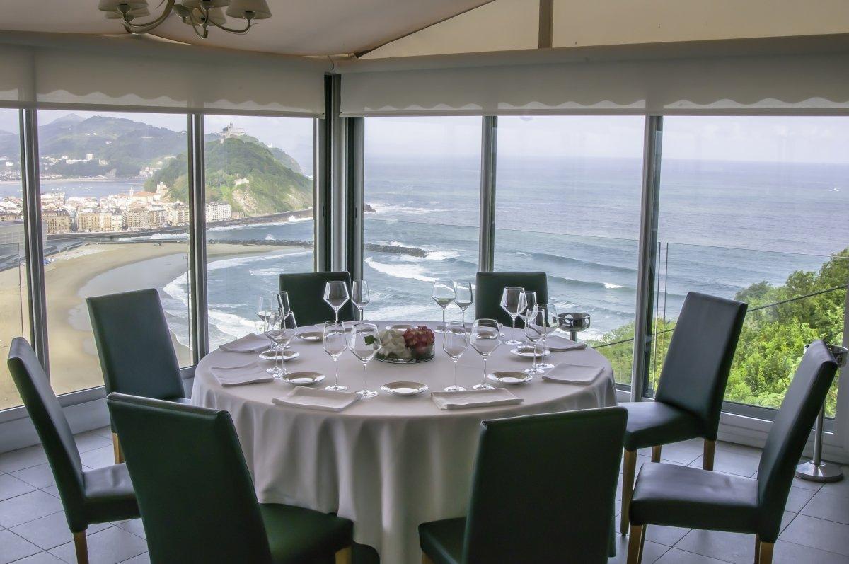 Mesa con vistas en el restaurante Mirador de Ulía