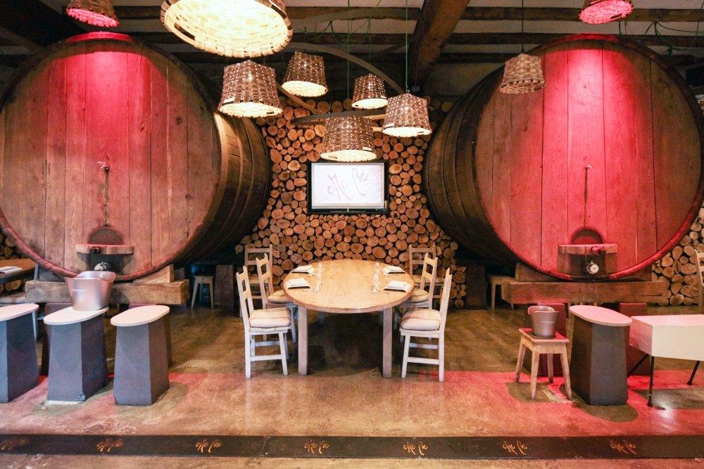 Mesa entre dos toneles de sidra en el restaurante eMe Be Garrote
