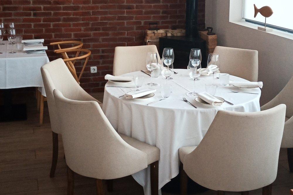 Mesa, silla, mantelería y menaje en una mesa de Lamadrid