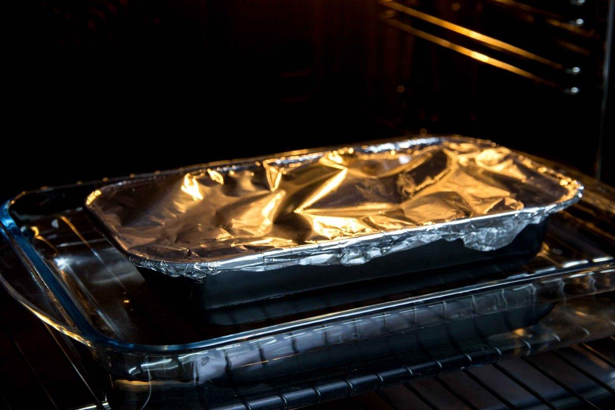 Meter al horno al baño María la mezcla para hacer el pastel de salmón