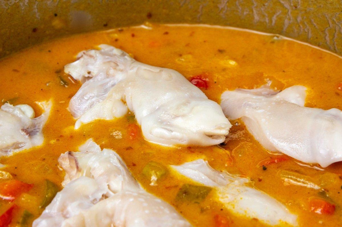 Meter las manitas cocidas en la salsa y seguir cociendo