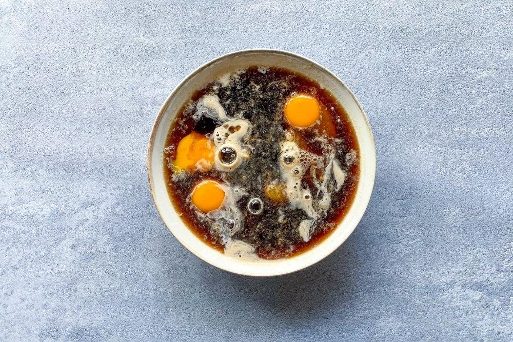 Mezcla de ingredientes húmedos para elaborar Christmas pudding